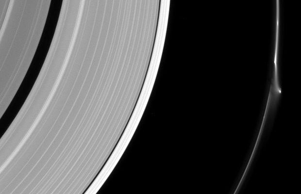 Saturno: avvistamenti Ufo tra i suoi anelli